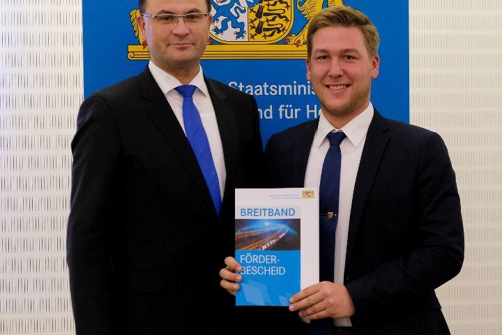 Staatsminister Füracker übergibt Förderbescheide für den Ausbau der digitalen Infrastruktur in der Oberpfalz
