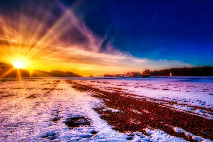 Sonnenaufgang über der Einöd bei Mittersthal
