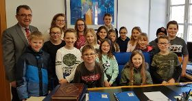Die Klasse 4b im Amtszimmer von Bürgermeister Alois Scherer.
